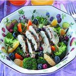 Ensalada de brocoli, pollo y frutas