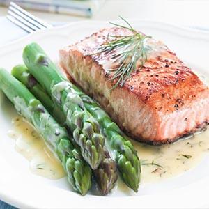 Salmon al horno con mostaza y esparragos a la parrilla