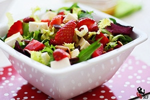 Ensalada de queso fresco y frutos rojos